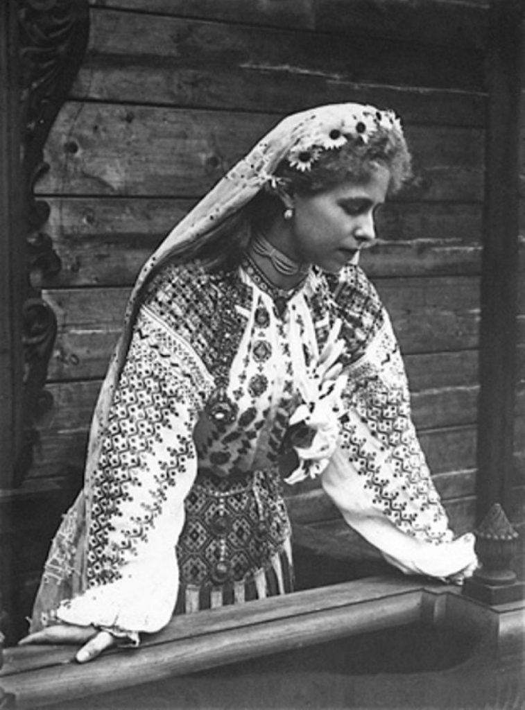 Regina Maria cu ie musceleana - fotografie restaurata